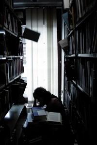 Privater Stress und eine Bücherlawine in der Prüfungsphase lässt viele Studenten verzweifeln. / Foto: Frederic Weichel.