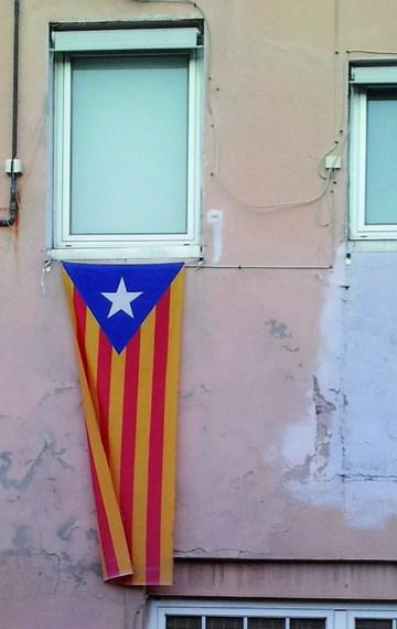 Seit dem Nationalfeiertag wurden die Flaggen nicht heruntergenommen. Foto: Claudia Pollok