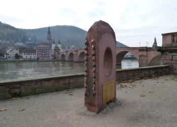 In Reih und Glied: Am Neckarufer gibt es nun einen Ort, an dem Liebespaare ihre Liebesschlösser ganz legal aufhängen dürfen (Foto: Dominik Waibel)