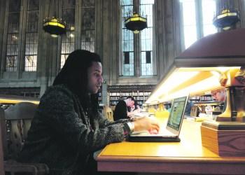 Student Alex in der Bibliothek der Universität Washington in Seattle. Erst hier ist ihm wirklich bewusst geworden, welche Rolle seine Hautfarbe in Amerika spielt. Foto: Anna Wüst