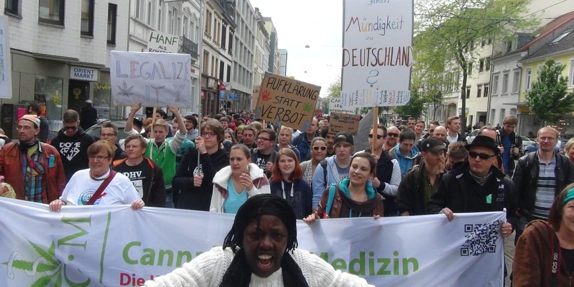 Der Global Marijuana March 2015 unterwegs durch die Bergheimer Straße. Bild: Hanfverband Rhein-Neckar/privat
