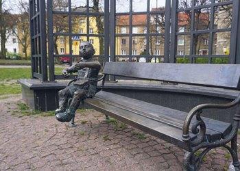 Der kleine Oskar Matzerath trommelt einsam und bronzen auf einer Parkbank in Danzig. Bilder: Michael Graupner
