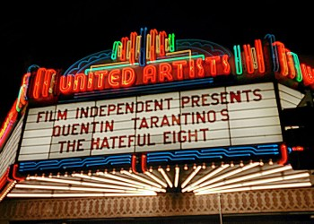 "Seit 28.01.2016 in den Kinos: Tarantinos ""Hateful 8"". Bild: Wikimedia Commons/DavidianSkitzou (https://de.wikipedia.org/wiki/Datei:LACMA_The_Hateful_Eight_Live_Reading.jpg) CC-BY-SA 4.0 (https://creativecommons.org/licenses/by-sa/4.0/deed.de)"