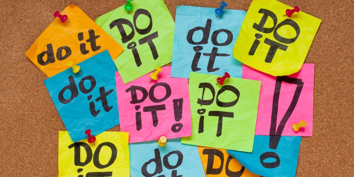 """Pinnwand mit bunten Notizzetteln auf denen """"Do it"""" steht."""