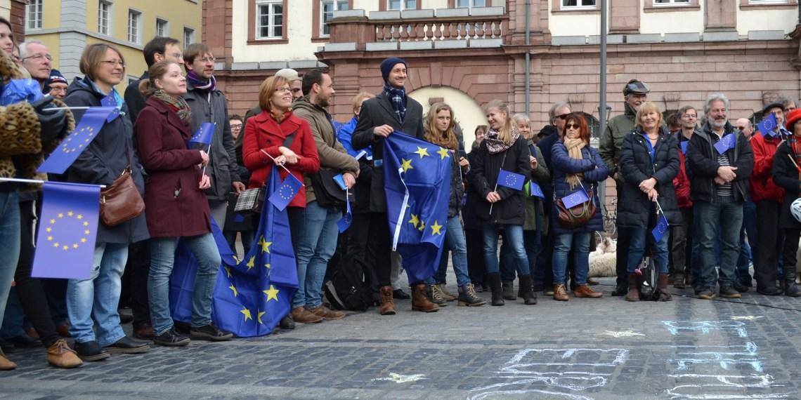 Menschengruppe mit Europa-Fahnen
