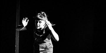 Ellen Muriel verbindet Schauspiel, Gesang, Puppen- und Schattenspiel. Bild: Shaan R. Ali Photography 2016