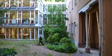 Die hölzernen Pfeiler im Innenhof sollen den Einsturz verhindern. Foto: Hannah Steckelberg.