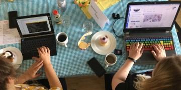 Programmieren bei Kaffee und bunten Einhorn-Cupcakes. Foto: DjangoGirls