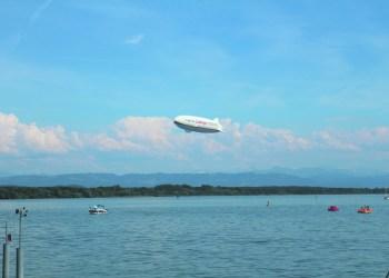 Attraktionen gibt es am Bodensee sowohl in der Luft als auch zu Wasser. Foto: Jonas Herrmann.