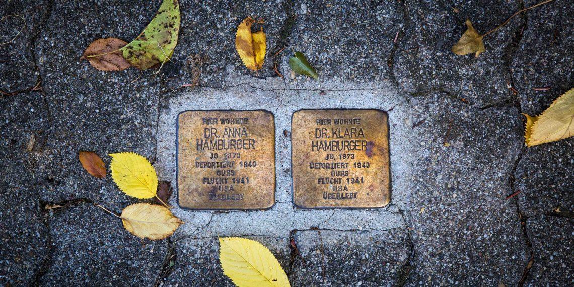 Einige Wegbereiterinnen finden sich auch auf Stolpersteinen wieder. Foto: Anne Bormann