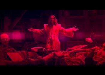 Rote Farbtöne entführen den Zuschauer in abgründige Dimensionen. Foto: Spectre Vision