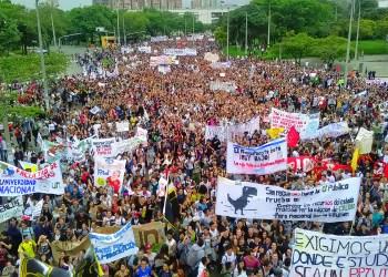 Demonstrierende am 10. Oktober auf den Straßen Medellíns. Foto: Oscar Manuel Cárdenas Avendaño