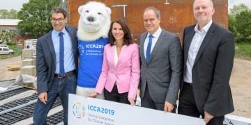 Vertreter der ICCA-Organisation und ein verirrter Eisbär (2. v.l.) Foto: Stadt Heidelberg