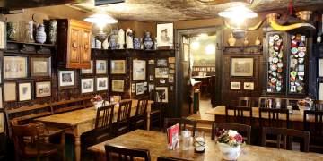 Während man auf das Essen wartet, verliert man sich gerne in einem Sammelsurium aus  Fotos und Erinnerungsstücken Foto: Roter Ochse