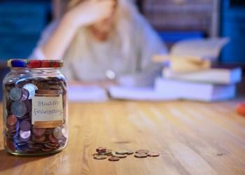 Studienbeitrag, Miete, Lebensmittel – das Geld im Glas reicht hinten und vorne nicht   Foto: Cosima Macco