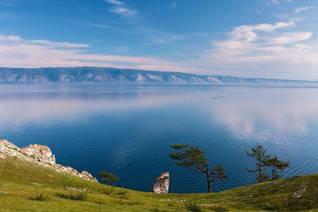 grün bewachsene Klippen der Insel Olchon im Baikalsee