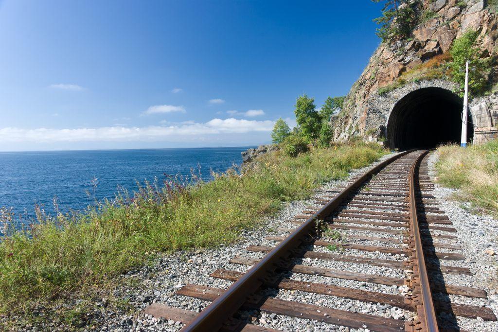 Tunnel auf der alten Baikalbahn direkt am Baikalsee