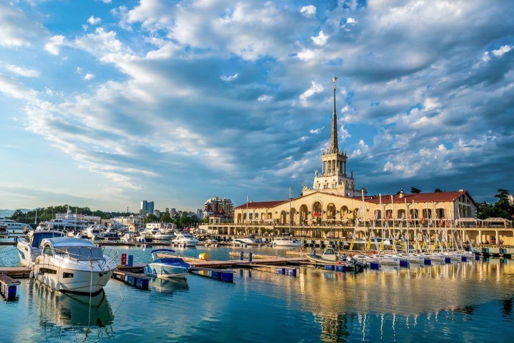 Der Hafen von Sotschi mit vielen kleinen Schiffen und Yachten