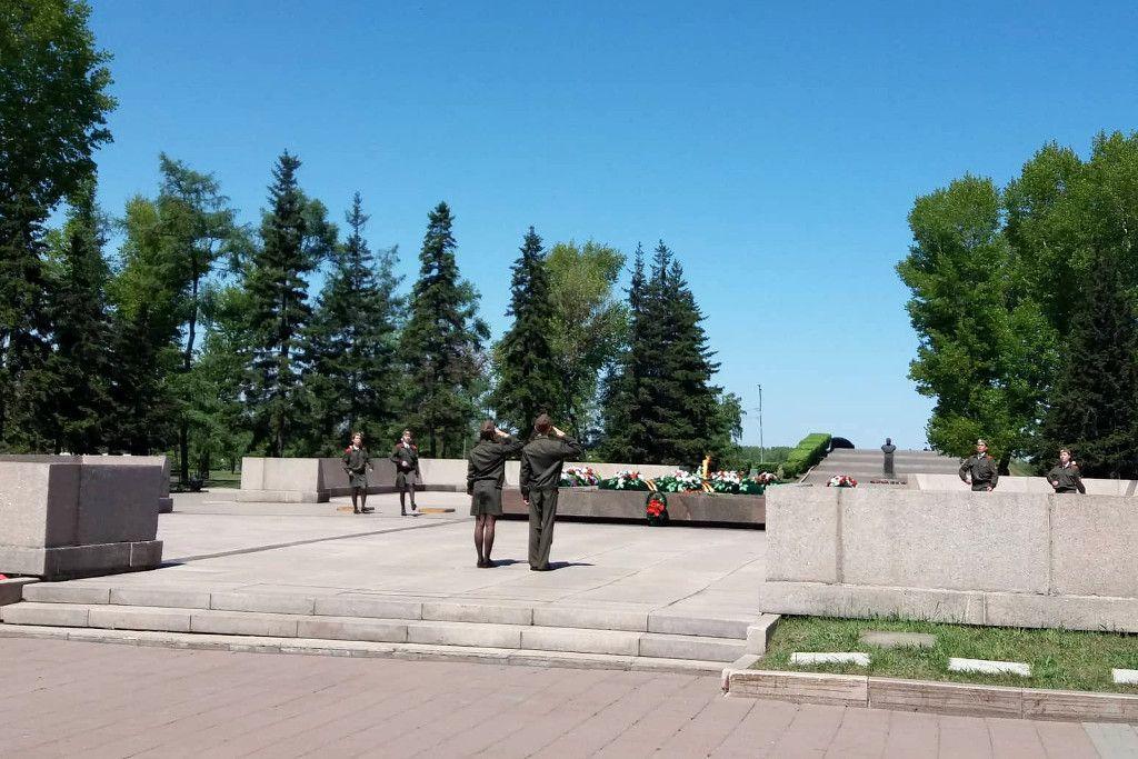 Schüler beim Ehrdienst an der Gedenkstätte für gefallene Soldaten in Irkutsk