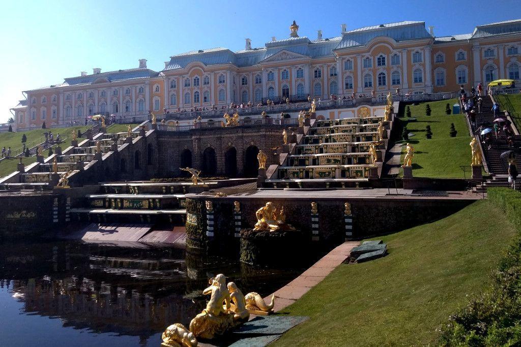 Palastgebäude im Schloss Peterhof bei Sankt Petersburg