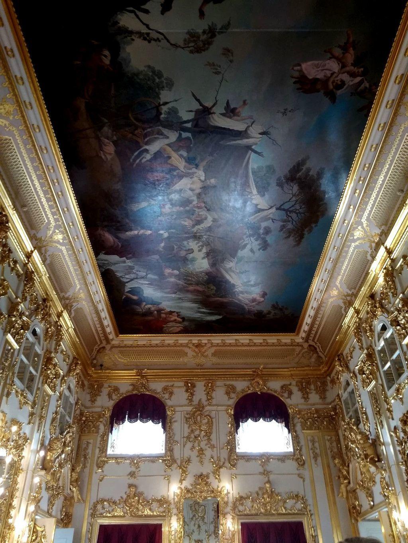 Raum im Palast des Schlosses Peterhof bei Sankt Petersburg