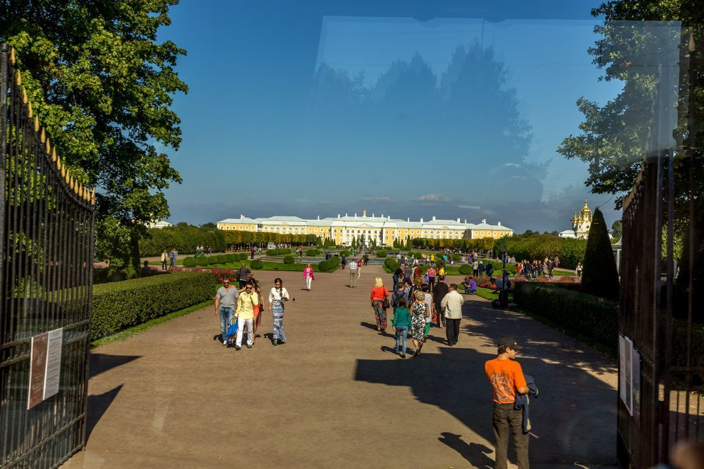 Blick auf den oberen Garten mit dem Großen Palast des Schlosses Peterhof bei Sankt Petersburg
