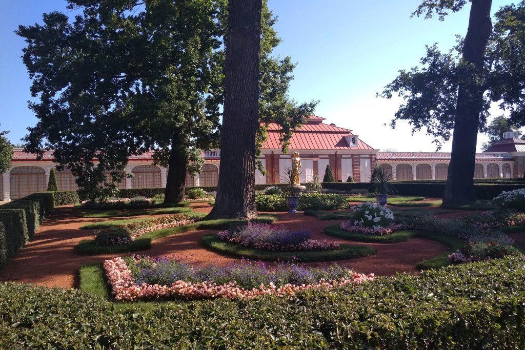 """Blick auf den Palast """"Monplaisir"""" im Schloss Peterhof bei Sankt Petersburg"""