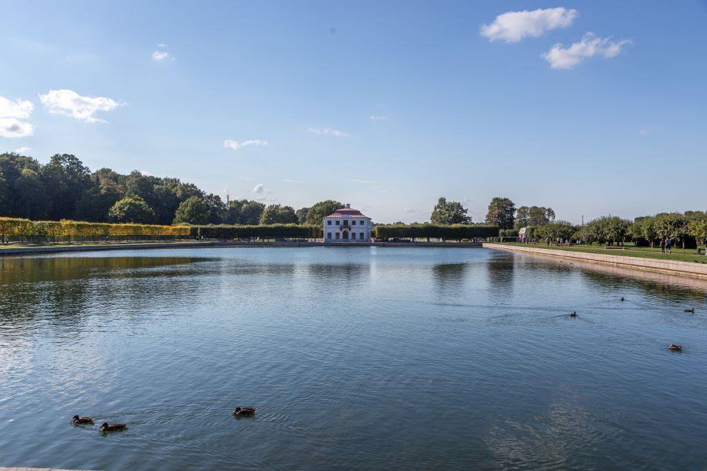 Teich im Schloss Peterhof bei Sankt Petersburg