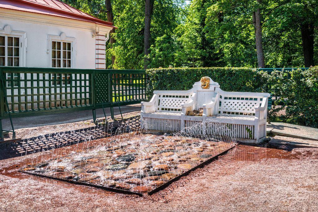 Das Bänkchen im unteren Park des Schlosses Peterhof bei Sankt Petersburg