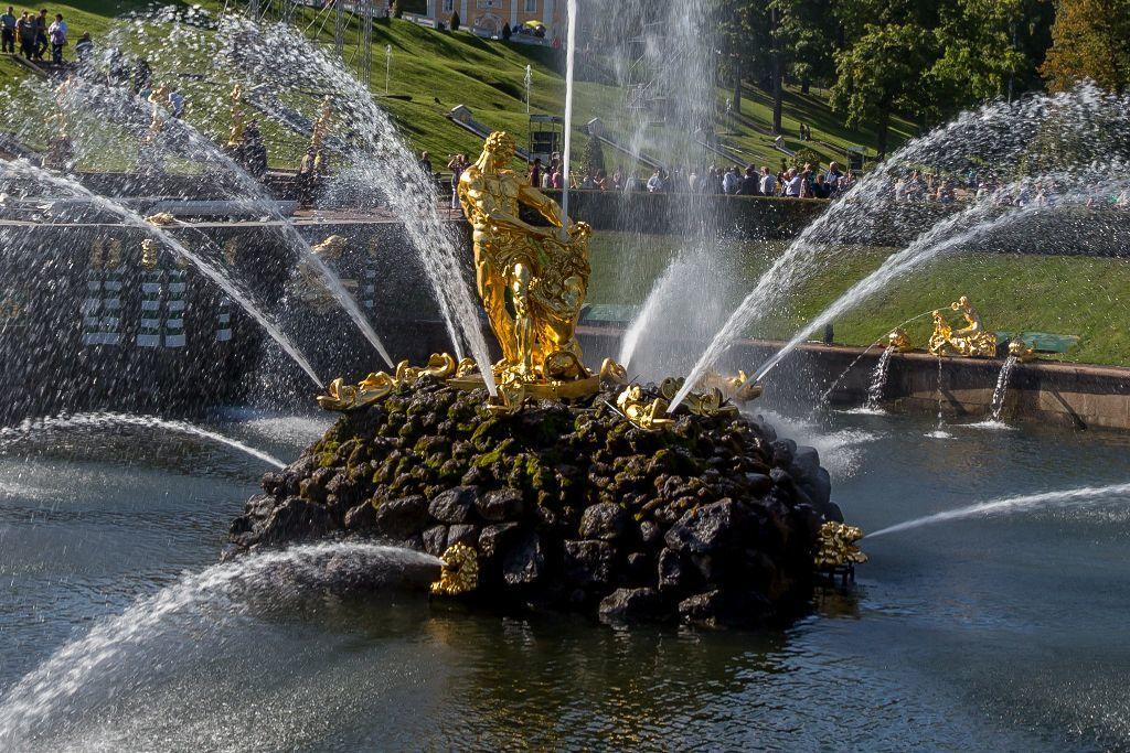 "Springbrunnen ""Samson"" im unteren Park des Schlosses Peterhof bei Sankt Petersburg"