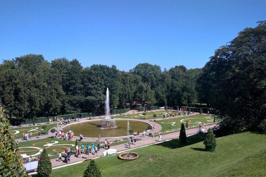 """Springbrunnen """"Tasse"""" im unteren Park vom Schloss Peterhof bei Sankt Petersburg"""