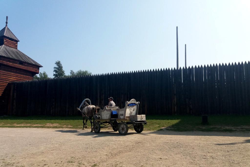 Pferd mit Wagen im Taltsy Freilichtmuseum bei Irkutsk