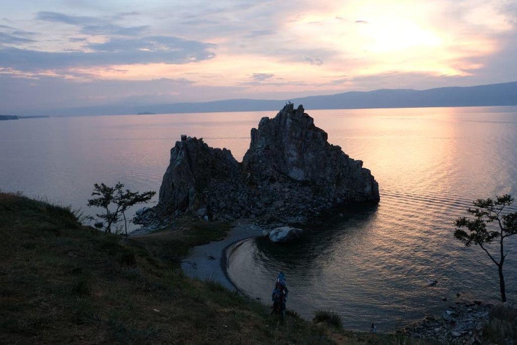 Der Schamanenfelsen auf der Insel Olchon im Baikalsee bei Sonnenuntergang