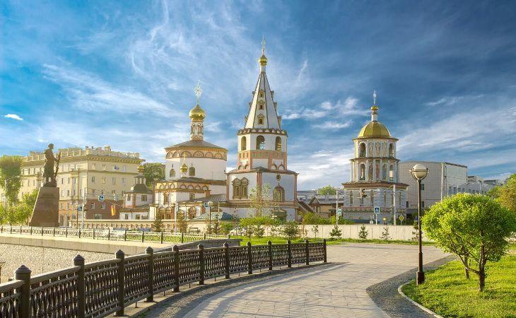 Die untere Promenade in Irkutsk mit der Offenbarungs-Kathedrale