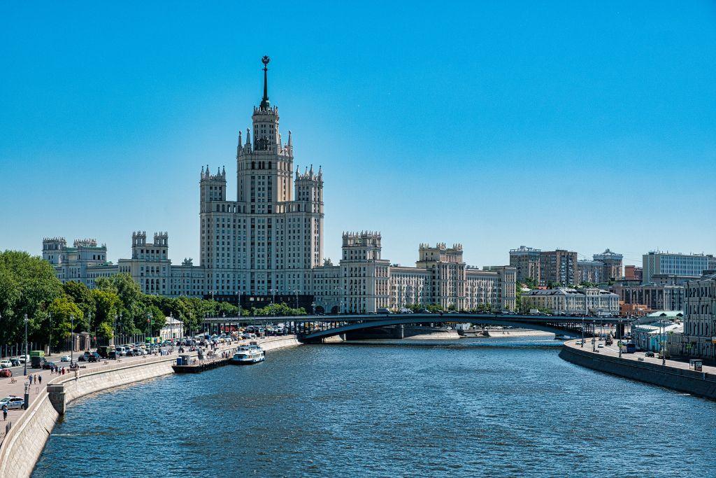 Ein stalinistisches Gebäude an der Moskwa in Moskau