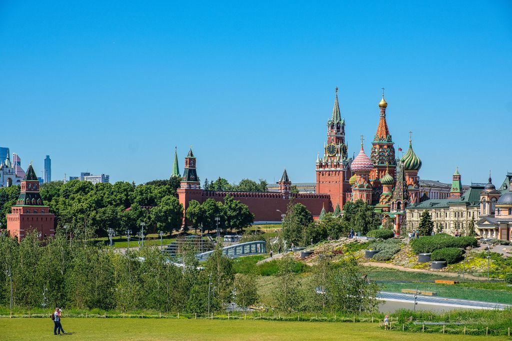 Sarjadje Park in Moskau mit Blick auf den Kreml und die Basilius-Kathedrale