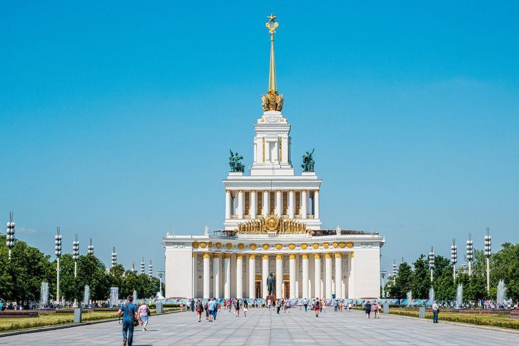 Gebäude auf dem Gelände der WDNCh Ausstellung der Errungenschaften der Volkswirtschaft in Moskau
