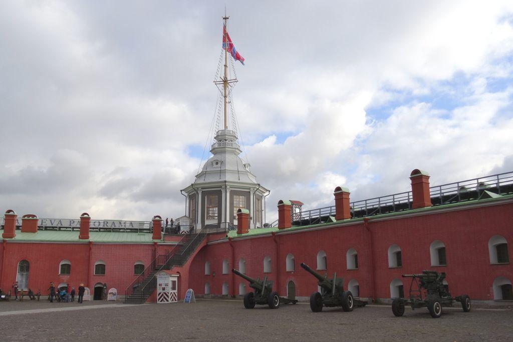 Kanonenplatz in der Peter-und-Paul-Festung in Sankt Petersburg