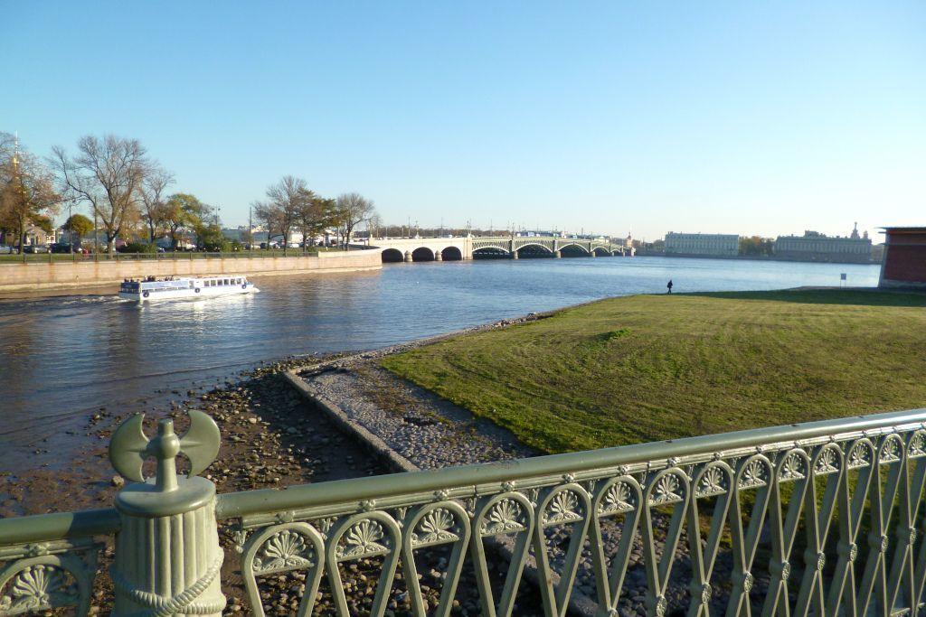 Blick von der Johannesbrücke der Peter-und-Paul Festung auf die Newa in Sankt Petersburg