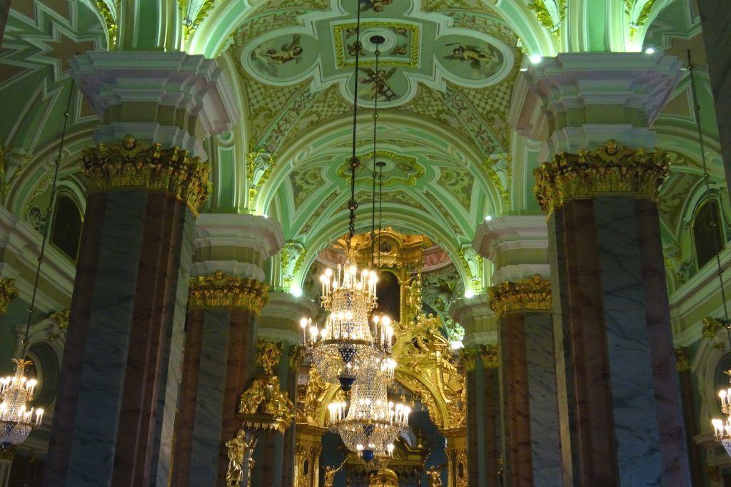 Innenbereich der Peter-und-Paul-Kathedrale in Sankt Petersburg