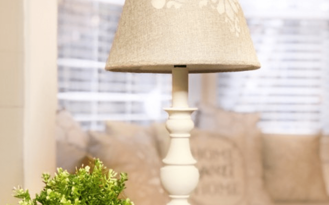 Learn to Paint a Lamp!! Such an easy DIY home decor idea for those who want to update their home decor on a budget. #rusticorchardhome #paintedlamp #diyhomedecor #homedecoronabudget #budgetfriendlydiyproject