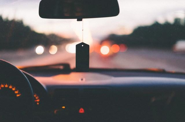 Zicht op een autoruit vanuit de chauffeur - file