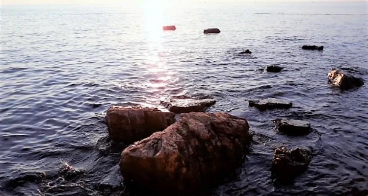 Rotsen in de zee - kracht van kleine stappen - Rust in mijn hoofd coaching