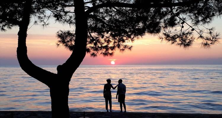 Man en vrouw bij zonsondergang in zee - Rust in mijn hoofd - daten