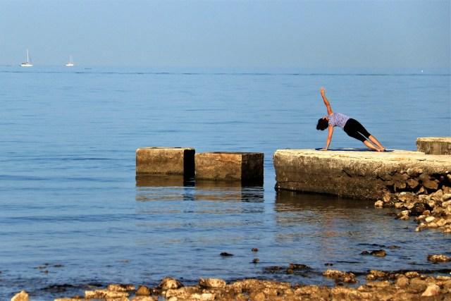 Relax - Foto van Yogini bij de zee - Rust in mijn hoofd - coaching