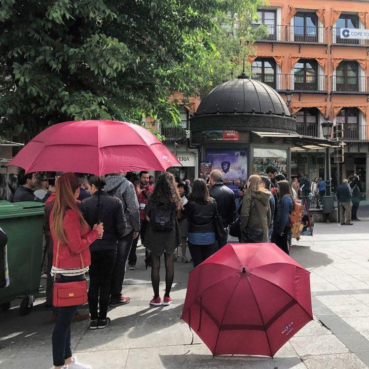 Free Tour en Toledo - paraguas rojo