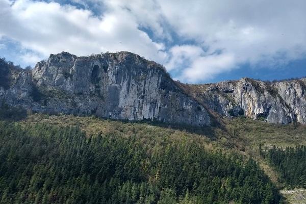 Vista de la montaña y el ojo de Aitzulo desde la carretera