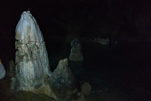 Formación rocosa en el lago de la cueva de los Cristinos