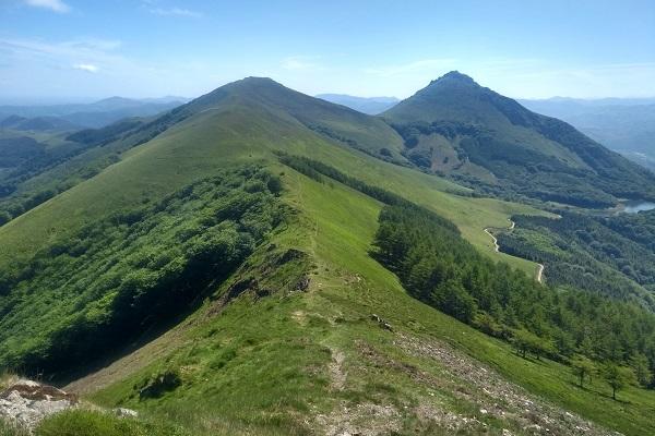 Vistas de Mendaur y Mendieder desde la cresta, cerca de Ekaitza