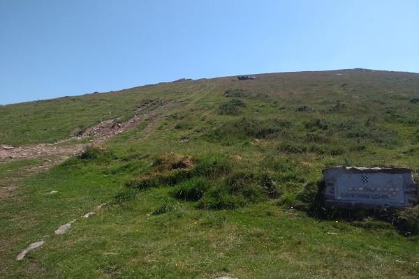 Camino ascendente a la izquierda de la placa que señala Ermitako Lepoa